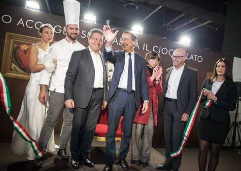 Il sindaco Giuseppe Sala taglia il nastro di Salon du Chocolat
