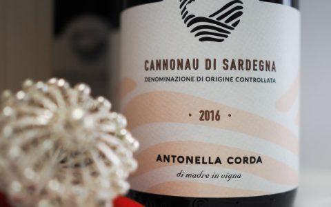 Cannonau 2016,Tre Bicchieri del Gambero Rosso, e il tradizionale bottone sardo in filigrana.