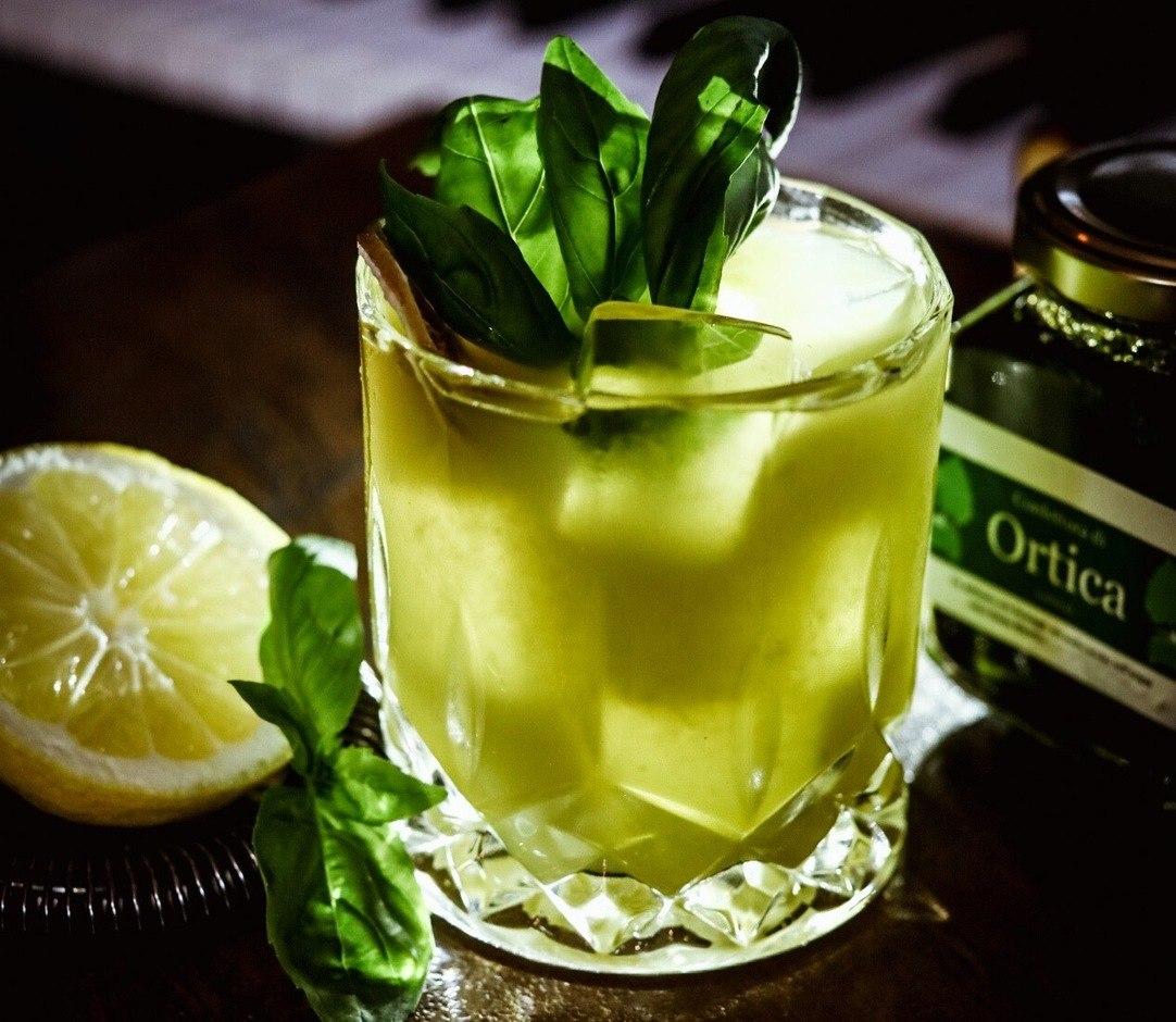 NIK'S Bombay Sapphire Gin Limone Zucchero Chartreause verde Noilly pratt Confettura di Ortiche Basilico