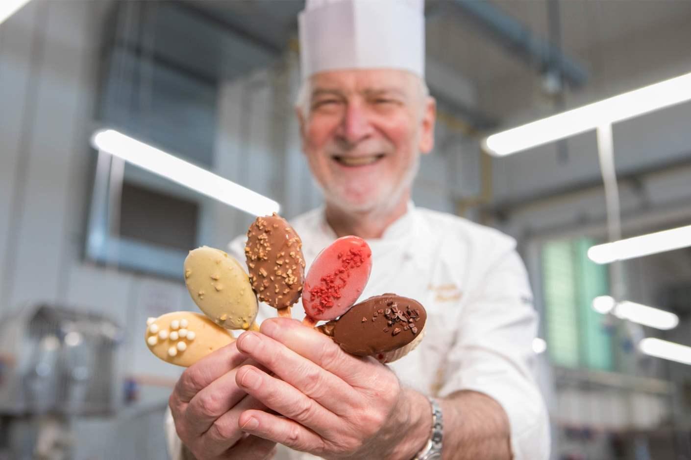 Enzo Santoro e Stecchi gelato in primo piano